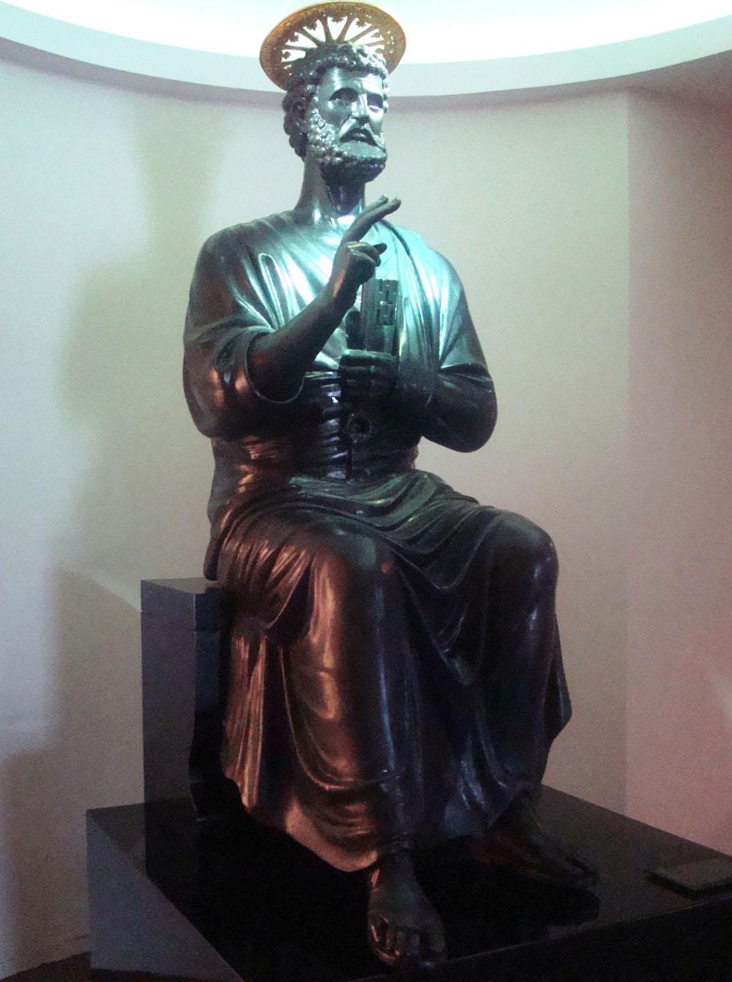 En sus galerías se exhiben piezas de arte de gran valor histórico, entre las que se incluyen (como una de las joyas de la colección) la cruz original de la estatua del Cristo Redentor de la Basílica Papal de San Pedro, en Roma