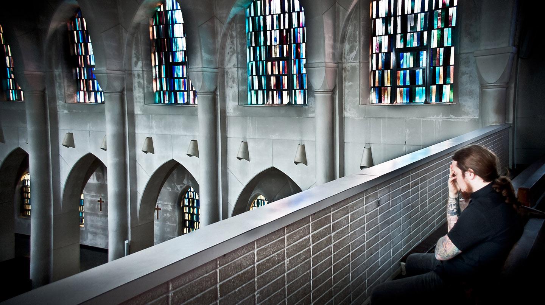 Los monjes, en los talleres de la abadía, elaboran los vitrales que pueden verse a lo largo y ancho de la edificación.