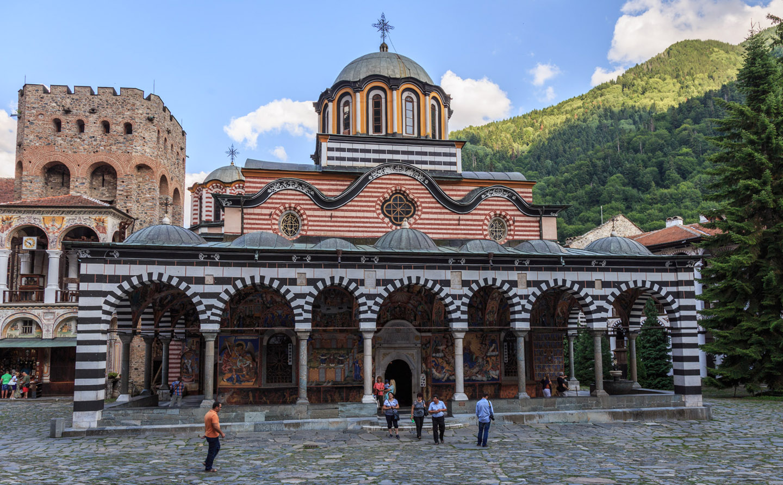 Fundado en el siglo X por San Juan de Rila (también conocido como Iván Rilski), el monasterio está situado en las Montañas Rila, en la parte occidental de Bulgaria, a más o menos 120 kilómetros de Sofía. Entre otras cosas, el monumento es símbolo de la resistencia cultural búlgara frente al Imperio Otomano, e imagen del sentimiento de identidad búlgara después de siglos de ocupación. El monasterio fue declarado Patrimonio de la Humanidad por la Unesco en 1983.