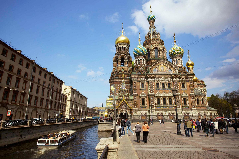 Alejandro III construyó la  iglesia en el lugar del atentado, ubicando el altar justo en el sitio en el que se derramara la sangre de su padre, en el cruce entre el Canal Griboedov y el Parque Mikhailovskij