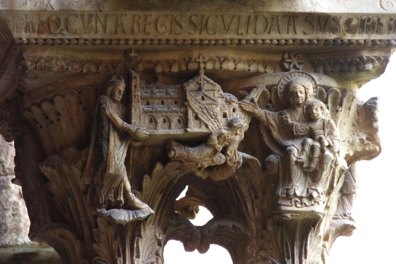Los capiteles de mármol están tallados con follaje, escenas bíblicas o alegorías.