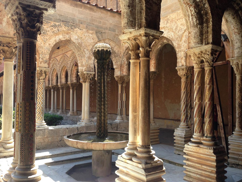 La fuente de mármol o lavatorium de los monjes, es, evidentemente, el trabajo de escultores árabes.