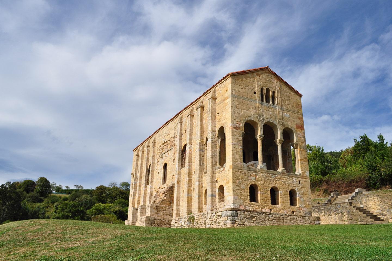 Santa María del Naranco es, sin duda, el más hermoso de los templos del llamado Románico Ibérico
