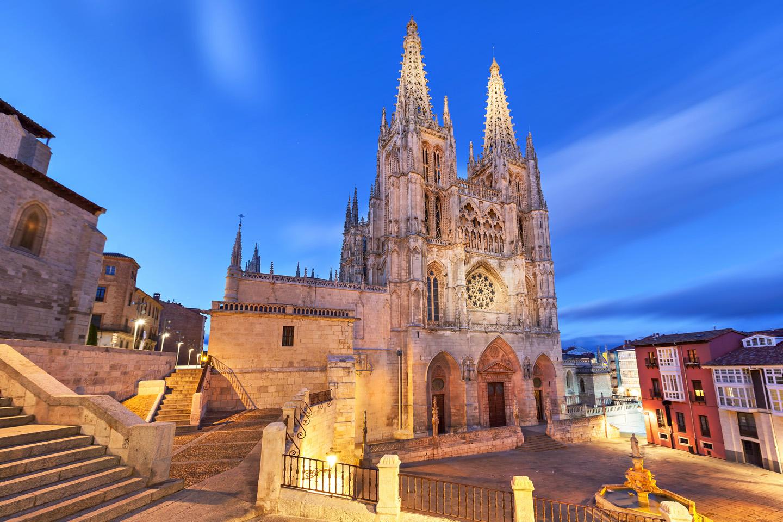 La Catedral de Santa María de Burgos comenzó a construirse en el siglo XIII (año 1221), al mismo tiempo que la de las grandes catedrales francesas de la región de París, y finalizó en el siglo XV. En ella se halla la tumba del Cid.