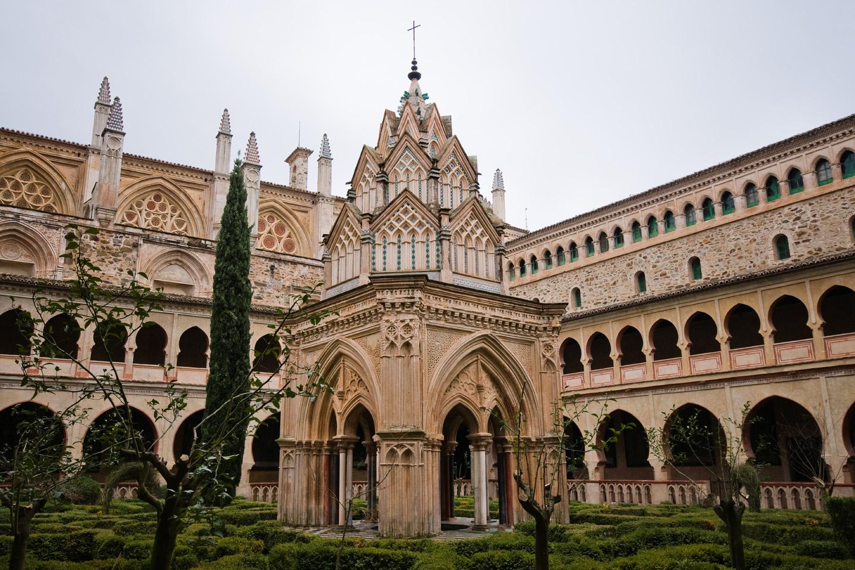 Este monasterio mezcla los estilos gótico, mudéjar, renacentista, barroco y neoclásico, de los siglos XIII al XVIII. Fue el escenario de la solicitud de financiación de Cristóbal colón para su expedición a las Indias.