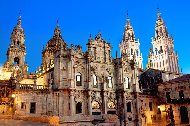 En plena Plaza del Obradoiro, la Catedral de Santiago es una de las cumbres del arte ibérico, con su famoso Pórtico de la Gloria.