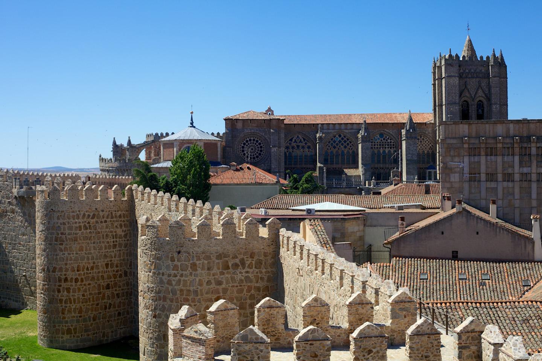 Ávila, su Catedral de San Salvador y edificios como la Casa de los Dávila, el Convento de Santa Teresa, y las iglesias extramuros, todas ellas forman parte del Patrimonio de la Humanidad.