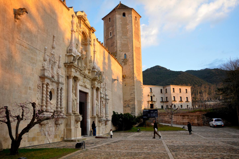 Al sur del Cataluña, en Vimbodí, se encuentra una de las abadías cistercienses más grandes y completas del mundo, el Monasterio tarraconense de Poblet.