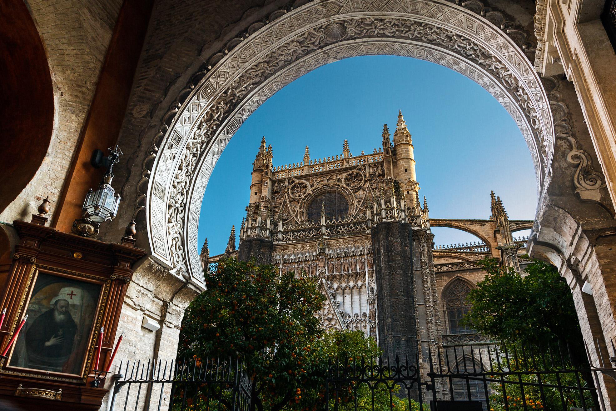 En Sevilla, se encuentra el triángulo conformado por la Catedral, el Alcázar y el Archivo de Indias.