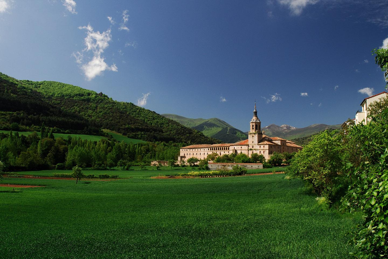El Monasterio de Suso, en la montaña, mezcla los estilos románico y mozárabe, mientras que el de Yuso acoge las reliquias de San Millán de la Cogolla