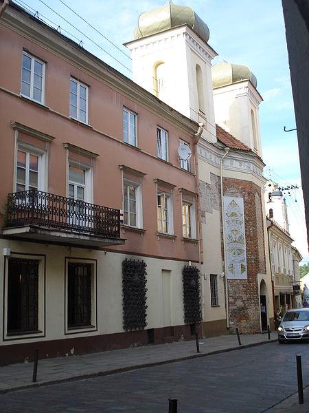 En el número 12 de la calle San Dominikonų, donde hoy se encuentra el que conocemos como El Santuario de la Divina Misericordia de Vilnis, en Lituania, antes se encontraba una iglesia gótica, de una sola nave, construida en el siglo XV.
