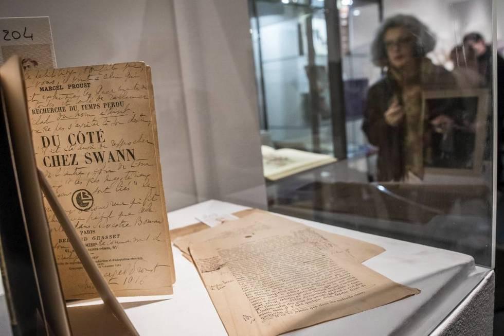 Más de 120 documentos personales, heredados por una sobrina nieta del escritor, Patricia Mante-Proust, de 41 años de edad, fueron vendidos en la subasta, incluida una prueba, corregida a mano por el autor, con anotaciones de su puño y letra, de Por el camino de Swann.