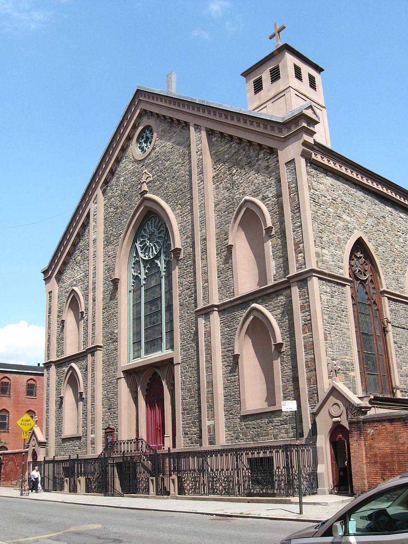 La fachada de la vieja basílica de San Patricio, hacia Mulberry St.