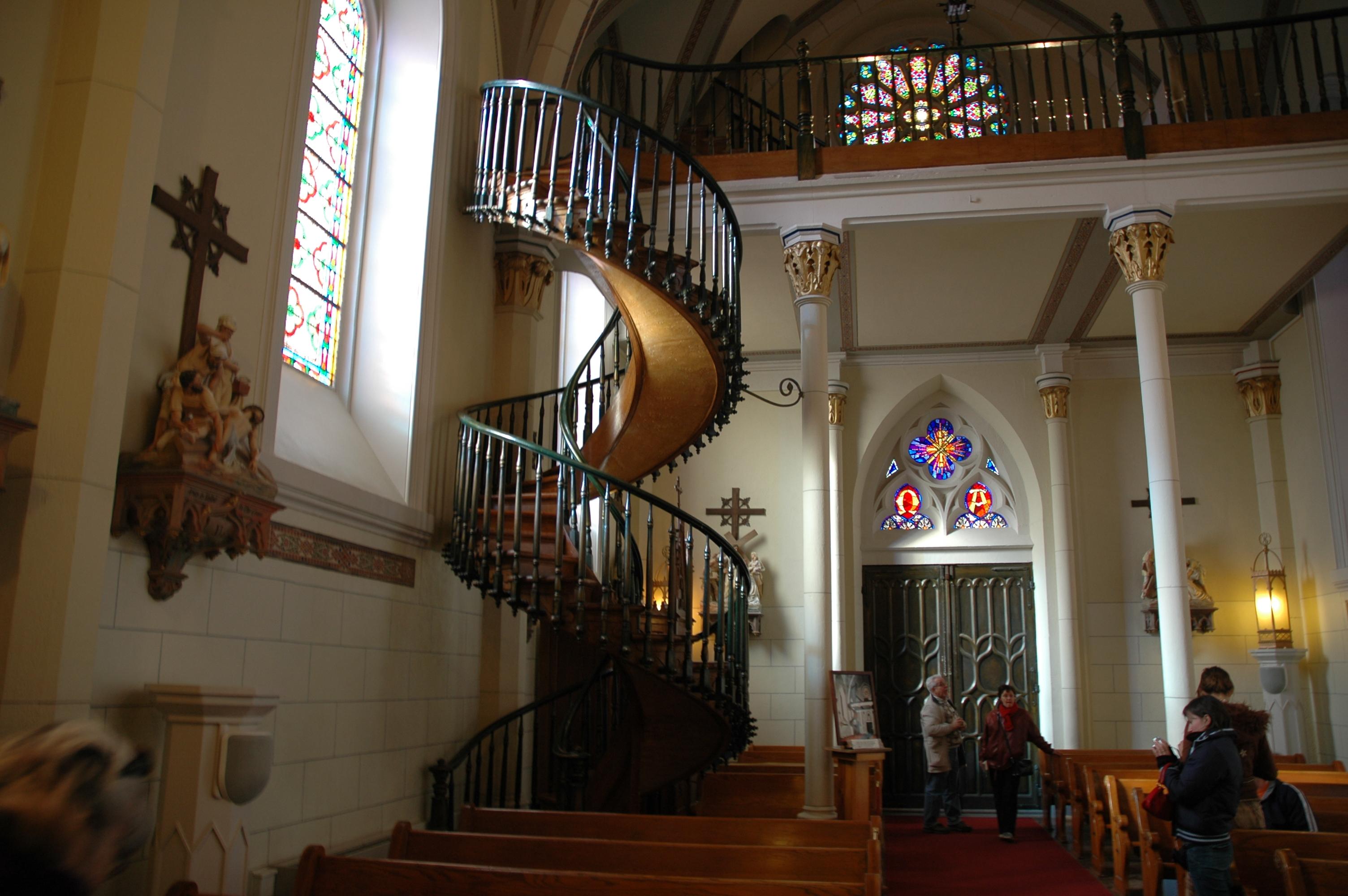ando la capilla estuvo lista, los constructores se consiguieron con un problema inesperado: no pudieron poner una escalera que llevase desde la nave principal hasta arriba, al segundo piso, donde se ubicaba el coro. Se trataba de un error de diseño del arquitecto del edificio, Antonio Mouly, quien murió antes de poder solucionarlo.