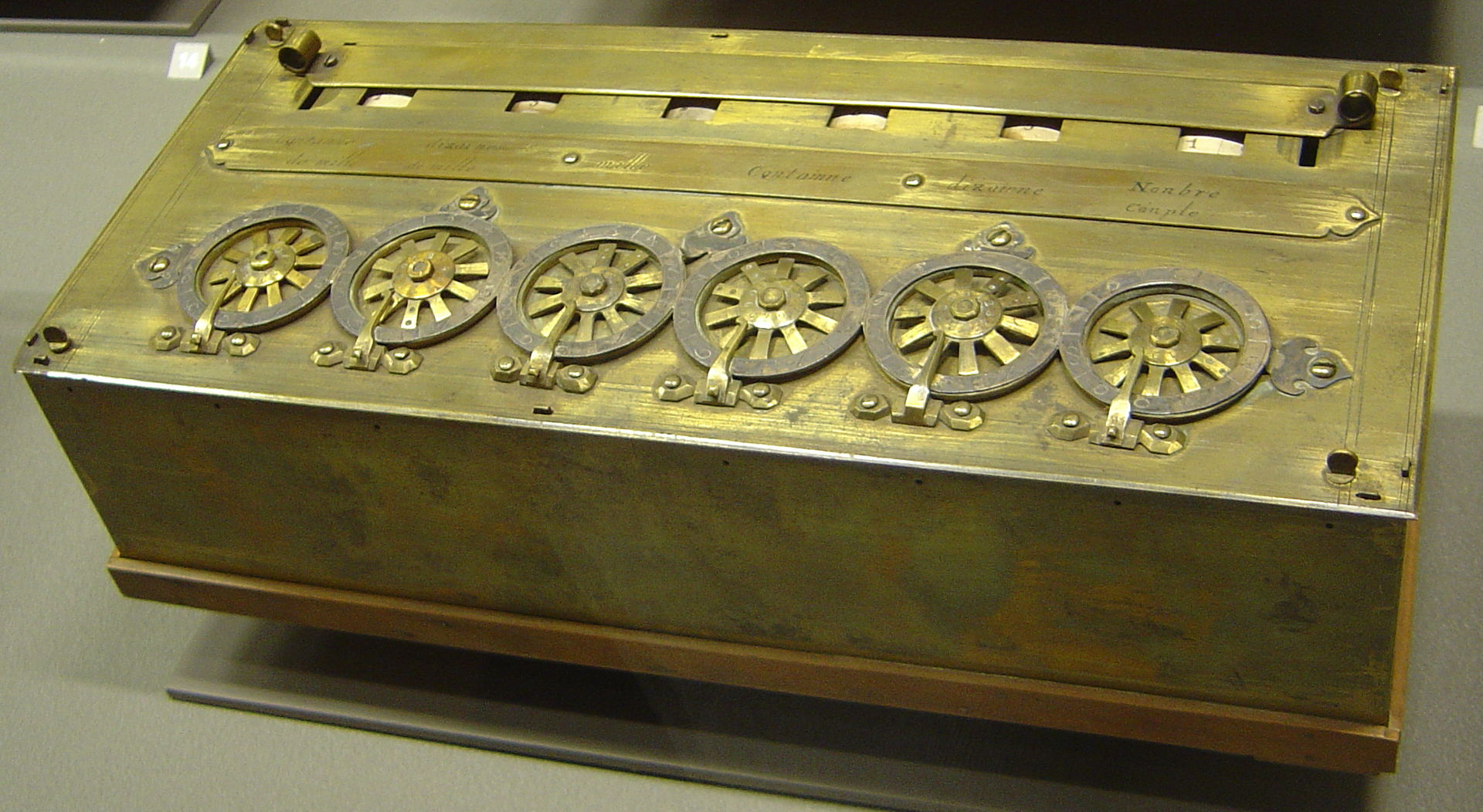 La Pascalina, una calculadora mecánica creada por Pascal, a base de ruedas y engranajes. Inicialmente, la llamó máquina aritmética.