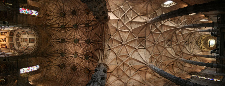 La estructura del monasterio es rica en elementos propios del gótico tardío.
