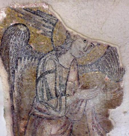 El ángel, de aproximadamente dos metros y medio de estatura, es parte de un conjunto de otros seis ángeles que reciben a los peregrinos en la Iglesia de la Natividad, una de las más antiguas de la Cristiandad.
