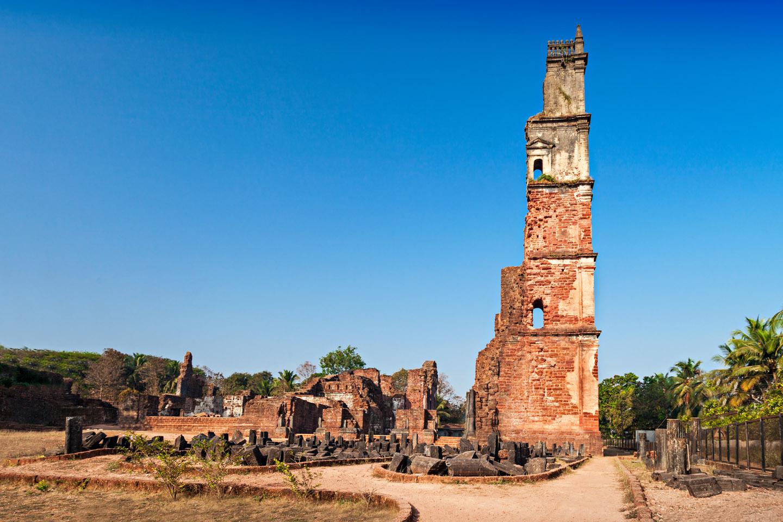 De los restos de la iglesia, lo que más llama la atención de los visitantes es una torre campanario de 42 metros de alto que aún, a pesar de todo, se mantiene en pie.