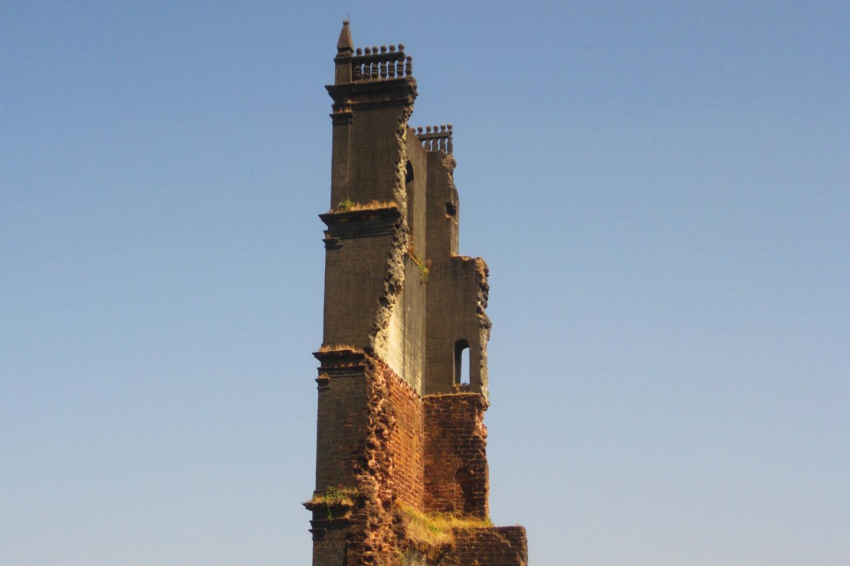 La enorme campana que anteriormente colgaba de esa torre fue mudada, en  1871, a la Iglesia de Nuestra Señora de la Inmaculada Concepción de Panaji, donde puede aún hoy sigue sonando.