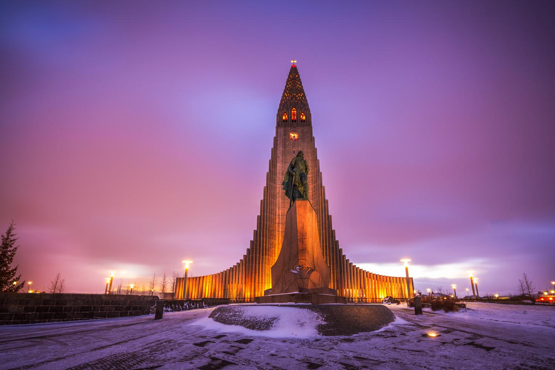 Erróneamente, se piensa que la Iglesia de Hallgrím es la catedral de Islandia, aunque es en realidad una iglesia parroquial luterana. La catedral católica de Reykjavík es la Catedral de Cristo Rey. Con 74,5 metros, este es el edificio más alto de Islandia. Está dedicada al poeta islandés Hallgrímur Pétursson. Diseñada por Guðjón Samúelsson, la construcción de la iglesia duró 38 años. Fue encargada en 1937, pero los trabajos de construcción no se iniciaron sino hasta 1945 y terminaron en 1986.