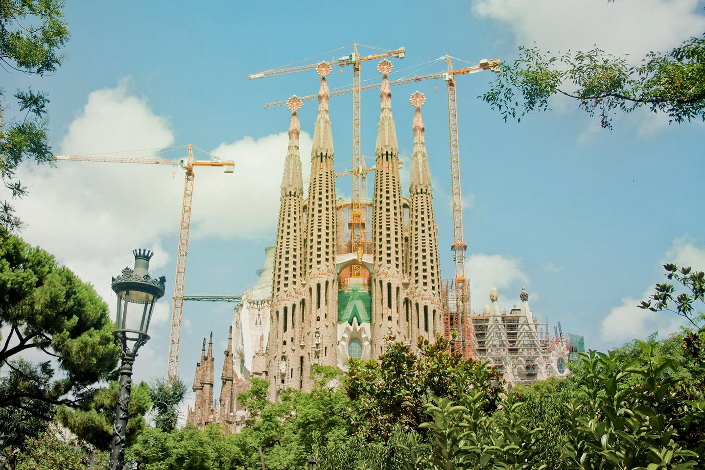 Antoni Gaudí, el llamado Arquitecto de Dios, inició el proyecto de construcción de la Basílica de la Sagrada Familia, en la capital catalana, en 1882. Hoy, más de cien años más tarde, el majestuoso proyecto, a pesar de ser el edificio más visitado de Barcelona, está aún por terminarse: se calcula que aún falta construir aproximadamente 30% del edificio.