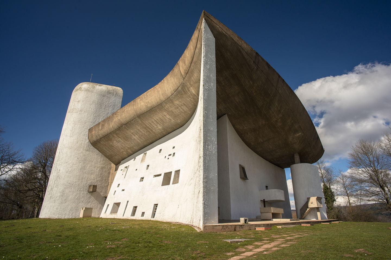 La capilla de Notre Dame du Haut es  conocida, más popularmente, simplemente como La Capilla de Ronchamp. Fue construida entre 1950 y 1955, y es una creación del celebérrimo arquitecto Le Corbusier. Siendo uno de los ejemplos más importantes no solo de la obra del artista francosuizo, sino de toda la arquitectura religiosa del siglo XX, atrae cerca de 80.000 visitantes al año.
