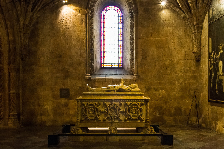 Varios miembros de la casa real de Aviz, que gobernó Portugal hasta 1580, están también enterrados en la Catedral del Monasterio: los reyes Manuel I (1469-1521), Juan III (1502-1557), y Sebastião (1557-1578), las reinas María de Aragón (1482-1517), esposa de Manuel I y la reina Catalina de Austria (1507-1578), esposa de Juan III.