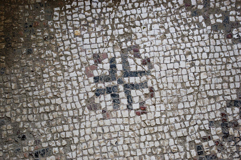 Las partes más antiguas de la  construcción que hoy vemos alrededor de la gruta son de los siglos IV y V, e incluyen unos suelos de mosaico y algunos pocos frescos que se han conservado al lado derecho del altar.