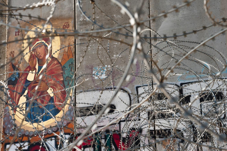 El icono, pintado en 2010 por el iconógrafo Ian Knowles, procura ser una señal de esperanza: la esperanza de que, algún día, el muro que separa a Palestina de Israel podría caer.