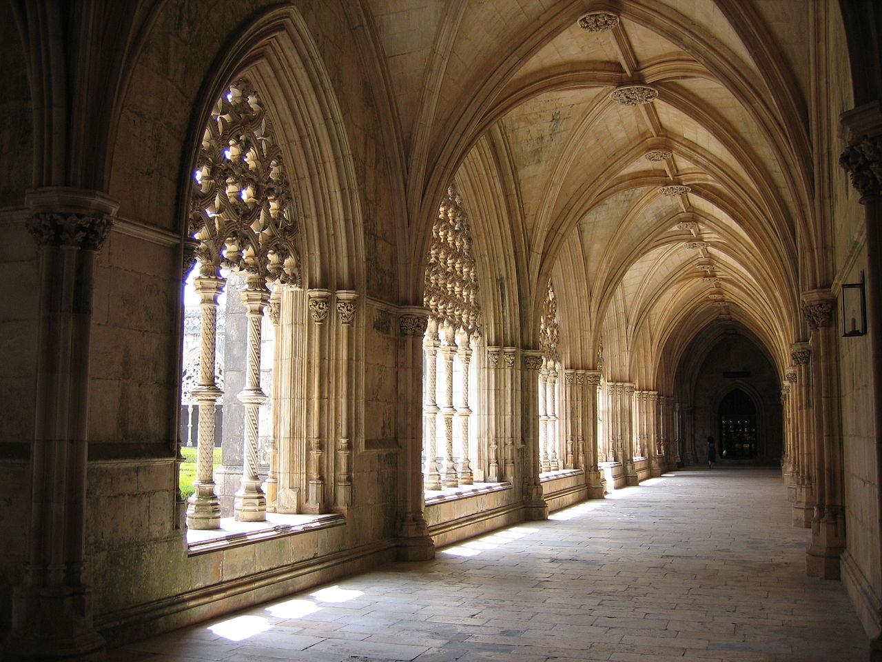 Fue mandado edificar por el rey Juan I de Portugal, agradeciendo a la Virgen María por el auxilio divino que le permitió obtener la victoria en la Batalla de Aljubarrota, en 1385, contra la corona de Castilla.