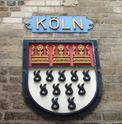 En el 1199, el rey Otto regaló a este templo tres coronas de oro, simbolizando cada uno de los tres Reyes Magos. Debido a la importancia del santuario y la catedral para el posterior desarrollo de la ciudad, estas tres coronas figuran en el escudo de armas de Colonia.
