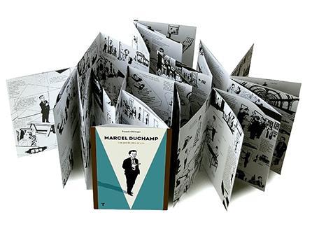El texto de Olislaeger,  una novela gráfica (¿o una biografía novelada?) de seis metros de largo, una especie de acordeón-biografía, es un libro-objeto que narra la vida de Marcel Duchamp.