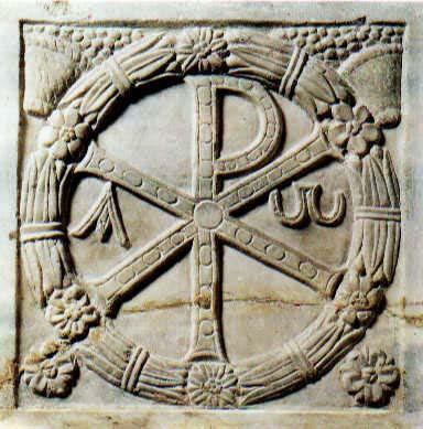 Sólo a partir de la aceptación del cristianismo por Constantino el Grande (entre 270 y 288-337) la cruz empezó a reproducirse profusamente, sustituyendo el monograma de Cristo, Ji-Ro o Crismón formado por las letras griegas C y R las primeras letras del nombre de Cristo, en griego, que hasta entonces era el emblema distintivo de la comunidad de creyentes: ΧΡΙΣΤΟΣ, el Cristo.