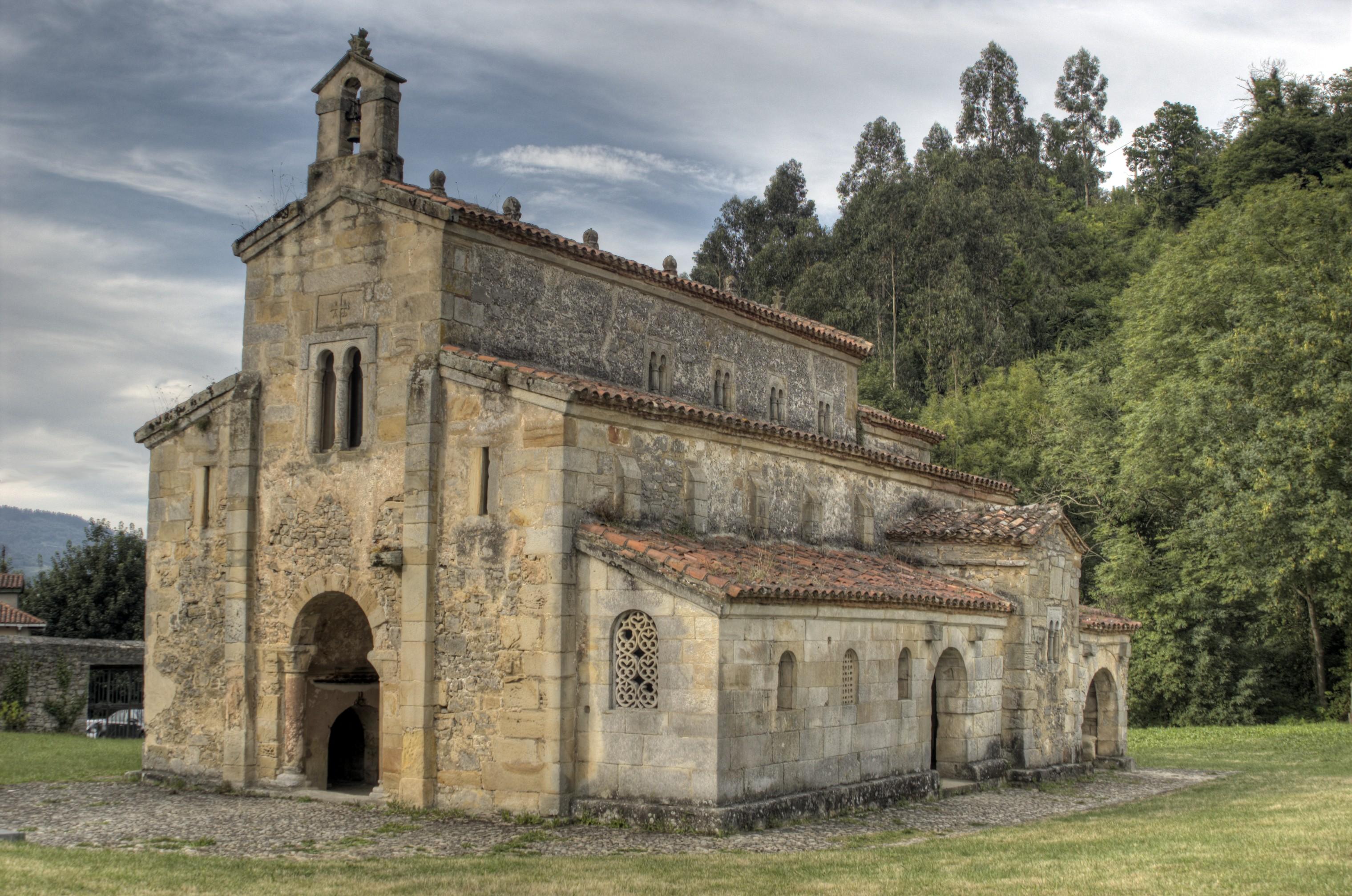 La Iglesia prerrománica de San Salvador de Valdediós se encuentra, también, en el mismo poblado, cerca de Villaviciosa.