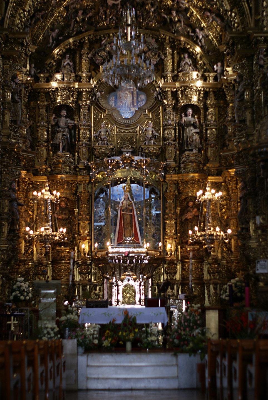 La historia cuenta que al final de la tarde, Juan Diego y los franciscanos fueron al bosque, que se quemaba con llamas que no le consumían. De uno de los árboles irradiaba una luz particular en el que se halló una imagen de la Virgen