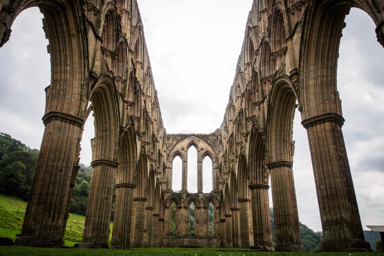 Rievaulx había sido fundada en 1132 por doce monjes procedentes de la abadía de Clairvaux (la misma de San Bernardo), y en poco tiempo ya era considerada uno de los centros de mayor influencia espiritual en toda la Gran Bretaña.