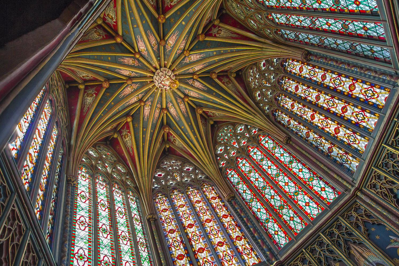 Arquitectónicamente, la catedral de Ely es excepcional, lo mismo por su monumental escala como por la abundancia de detalles estilísticos en la construcción