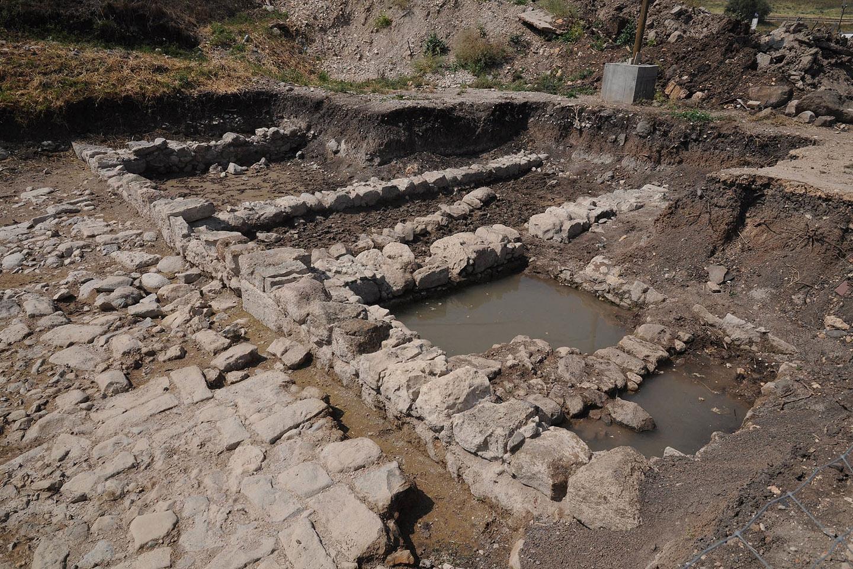 Hasta el momento, la excavación ha descubierto tres baños de purificación ritual, mercados, zonas residenciales, miles de monedas del primer siglo, cantidad de vestigios de cerámica de la época, e incluso una espada romana enfundada en su vaina.