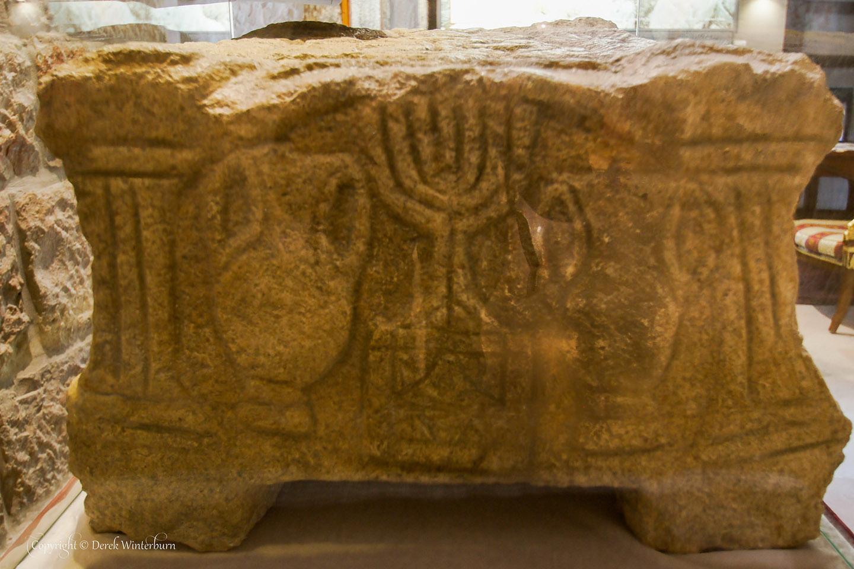 """En la sinagoga, los arqueólogos descubrieron además la llamada """"Magdala Stone"""", considerada por muchos expertos como uno de los descubrimientos arqueológicos más destacados de los últimos 50 años."""