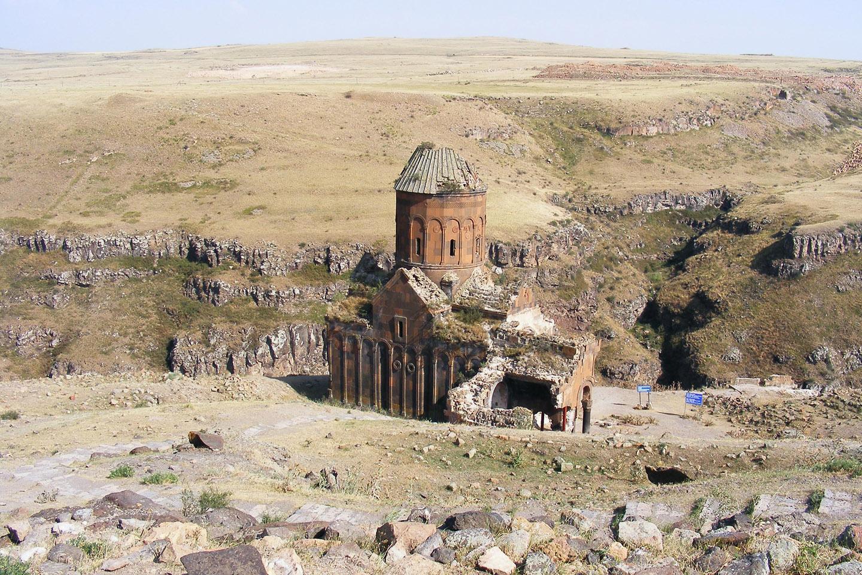 Del antiguo esplendor de Ani hoy quedan sólo las ruinas, rodeadas por más de un kilómetro de murallas. En su cénit, la ciudad había llegado a ser la capital del reino armenio Bagrátida, que cubría la mayor parte de lo que hoy es Armenia y buena parte de la Turquía oriental