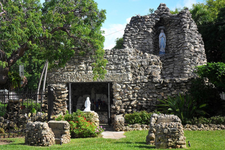 Marie Louise Gabriel, una religiosa de la congregación de las Hermanas de los Santos Nombres de Jesús y María construyó una réplica de la gruta de Nuestra Señora de Lourdes, y rezó para que, mientras la gruta se mantuviese allí, la isla no sufriese los embates devastadores de ningún huracán.