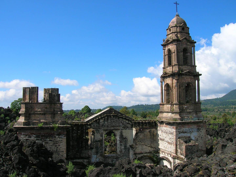 En 1943, el volcán Paricutín sepultó todo el pueblo de San Juan Parangaricutiro, en el estado mexicano de Michoacán.