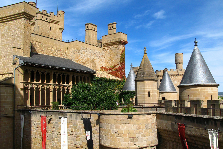 En el pleno centro de Navarra, Olite es conocida por sus murallas y torreones. La muralla medieval también guarda vestigios romanos, y sus calles conservan exactamente el mismo trazado que cuando fue construido. Según Isidoro de Sevilla, Olite (Eriberri, en vasco) habría sido fundada por Suintila, el rey de los visigodos, en el siglo VII. El Palacio Real de Olite fue la sede real de Carlos III de Navarra.