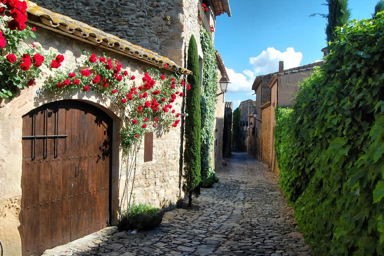 En la municipalidad de Forallac, al este de Girona, Peratallada es uno de los pueblos medievales mejor conservados de toda la Península Ibérica. Destacan en el lugar no sólo sus murallas y calles empedradas y estrechas sino, además, el Castillo de Peratallada y la Iglesia románica de San Esteban, por fuera de las murallas de la ciudad.