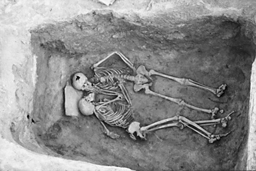 """La posición en la que fueron hallados estos esqueletos le ha ganado a la fotografía, conservada por el Penn Museum, el apodo de """"el beso de los 2800 años"""", aunque el nombre oficial que le ha dado el museo es el de """"los amantes"""""""