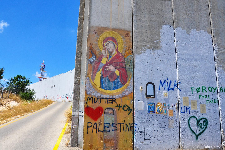 El icono, explica Knowles, muestra a la Virgen María llevándose una mano a la frente, como si sufriese un dolor intenso, mientras se lleva otra al corazón pero, al tiempo, sus manos y su manto permanecen abiertos, en señal de acogida