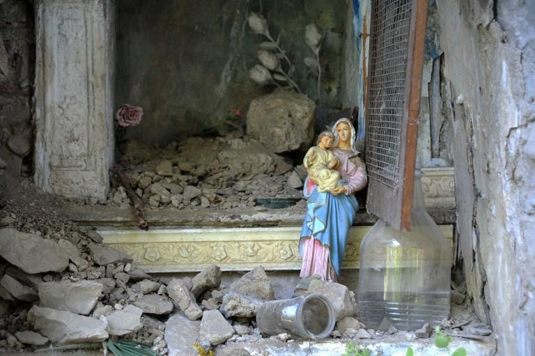 Una estatua de la Virgen entre las ruinas del terremoto que destruyó Amatrice (Italia)
