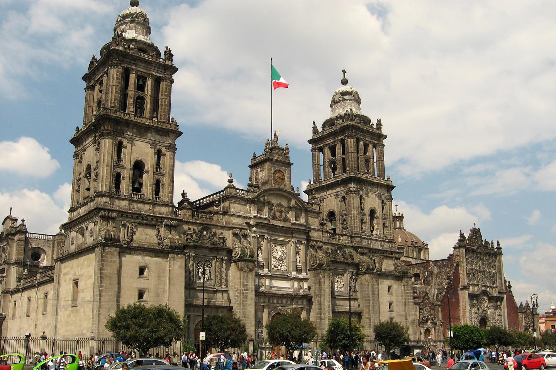 Es la Catedral más grande de toda Latinoamérica, con 128 metros de largo, 59 de ancho y una altura de 60 metros hasta la cúpula.