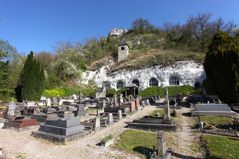 Habitada desde la prehistoria, si la región de Haute-Isle ha conservado la tradición de vivir en cuevas, no es de extrañar que la iglesia del pueblo sea también una cueva más.