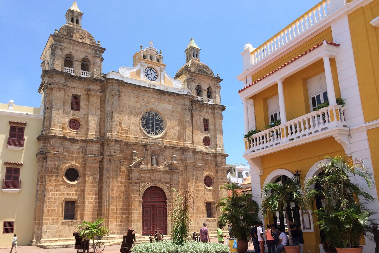 Aquí, en el casco histórico de la Ciudad Amurallada de Cartagena, descansan los restos del llamado santo de los negros, el misionero jesuita español San Pedro Claver.